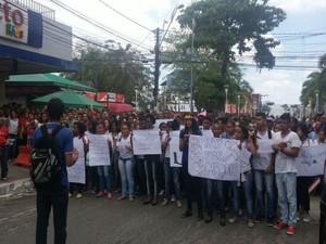 Alunos se reuniram para momento de orações próximo ao local onde fica a farmácia (Foto: Juliana Almirante / G1 Bahia)
