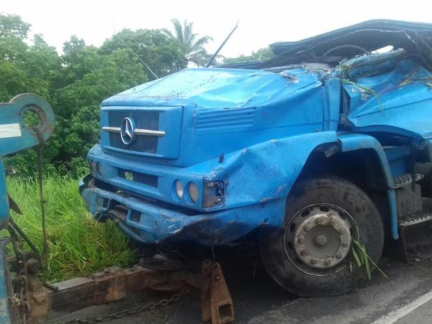 Caminhão tombou após curva em rodovia no sul da Bahia (Foto: Divulgação/ PRF)