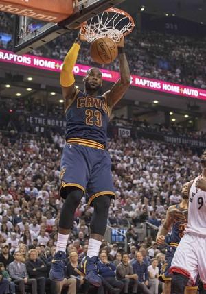LeBron James, do Cleveland Cavaliers, enterra contra os Raptors (Foto: Reuters/Nick Turchiaro-USA TODAY Sports)