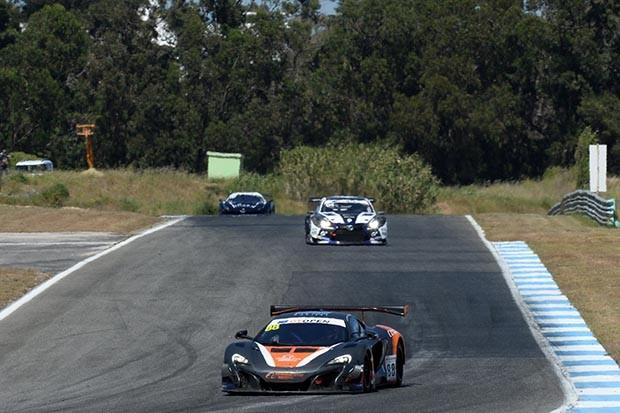 MCLAREN GT3 da dupla Ledogar e West em P3 na corrida 1 (Foto: Divulgação/FOTOSPEEDY)
