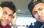 Neymar e Daniel Alves brincam com fim do Carnval em Barcelona (Reprodução)