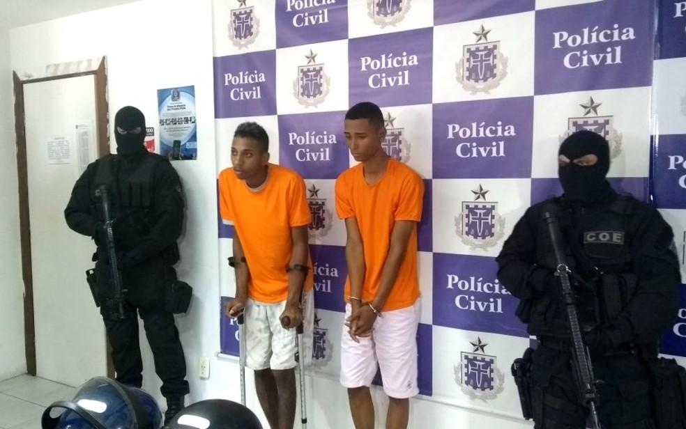 Dois dos suspeitos envolvidos no tentativa de assalto que deixou um delegado e a mulher dele feridos, em Salvador (Foto: Adriana Oliveira/TV Bahia)