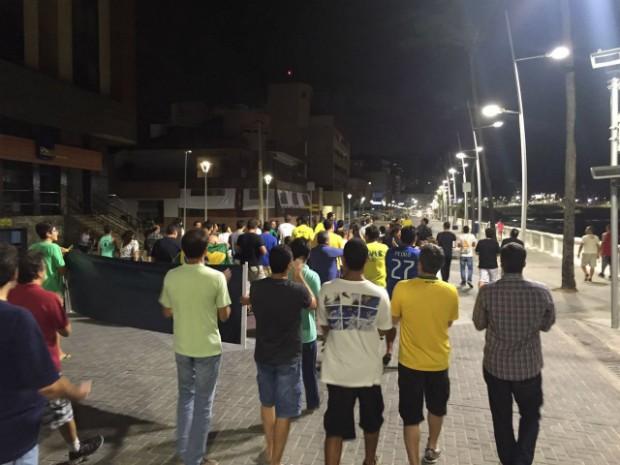 Grupo saiu do Farol da Barra, foi até o fim do calçadão e retornou ao Farol (Foto: Giana Mattiazzi/TV Bahia)