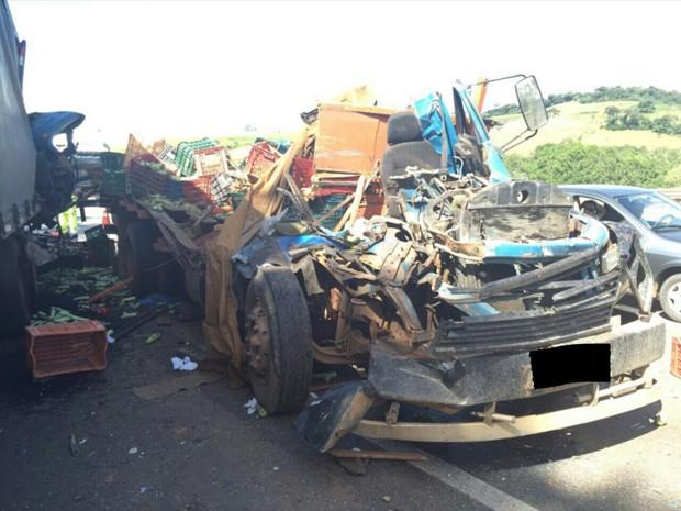 Batida deixou cabine de caminhão destruída em São Sebastião da Bela Vista (Foto: Polícia Rodoviária Federal)
