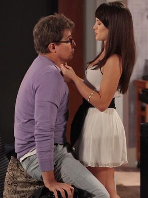 Carolina vai toda trabalhada no vestidinho curto para conquistar Felipe (Foto: Guerra dos Sexos / TV Globo)