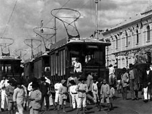 Bonde em rua de São Carlos na década de 1950 (Foto: Reprodução/EPTV)