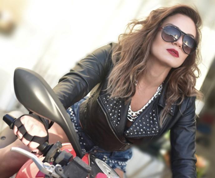 Estilo rock and roll em cima de uma moto (Foto: Anne Barret)