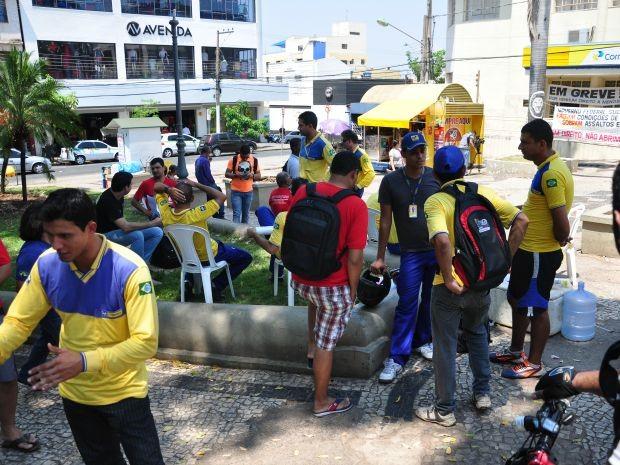 Funcionários fizeram manifestação na Praça da República em Cuiabá (Foto: Nathalia Lorentz/ G1)