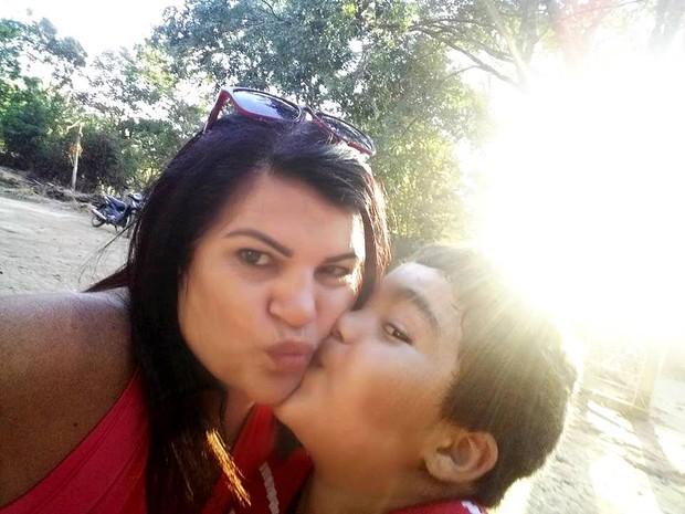 Vera Lúcia com o filho que teve aos 41 anos (Foto: G1)