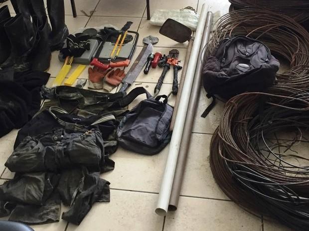 Fios de cobre e materiais usados pela quadrilha foram apreendidos (Foto: Divulgação/Polícia Militar)