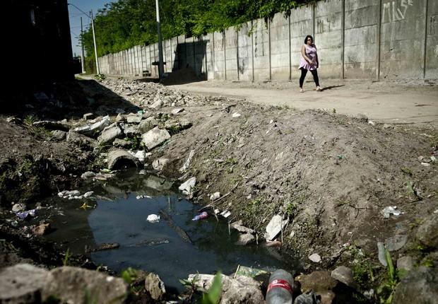 Saneamento básico: esgoto corre a céu aberto em comunidade da Baixada Santista ; população do Brasil ; condições de vida ;  (Foto: Marcelo Camargo/Agência Brasil)
