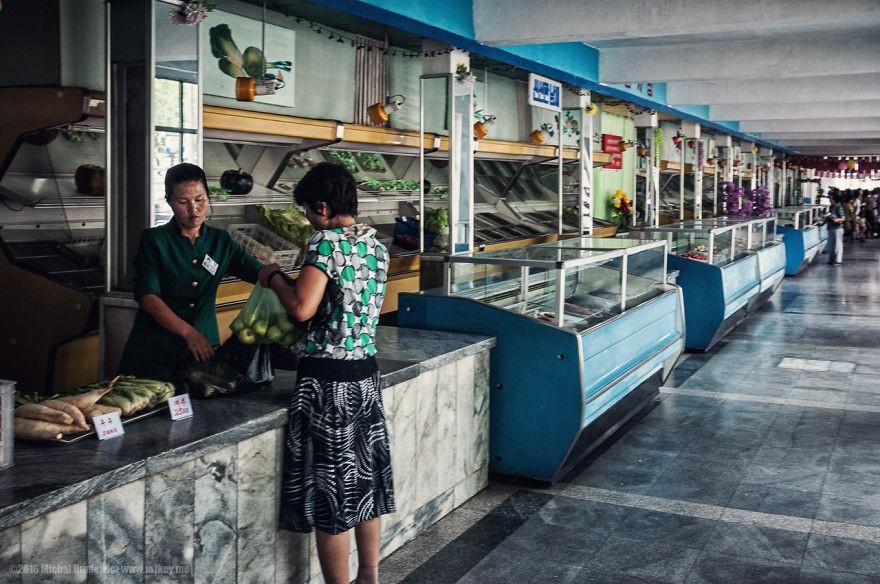 Mercado em Pyongyang. A foto foi tirada secretamente, porque era proibido registrar o local (Foto: Michal Huniewicz)