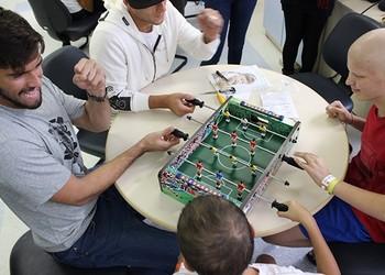 Crianças brincam com os colorados no hospital (Foto: Anderson Kblo/Divulgação, Inter)