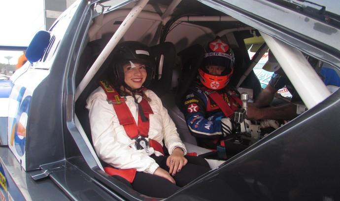 Lais Souza pega carona com Allam Khodair em carro da Stock Car (Foto: Felipe Siqueira)