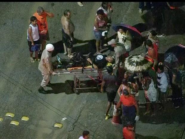 Vítimas são socorridas após acidente com trens em Mesquita, no Rio de Janeiro (Foto: Reprodução/Globo News)