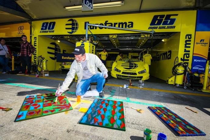 Rogério Dias pinta quadros durante etapa de Curitiba da Stock Car (Foto: Vanderley Soares)