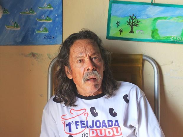 seu jamil e as pinturas da praia do peró (Foto: Lia Navarro/G1)