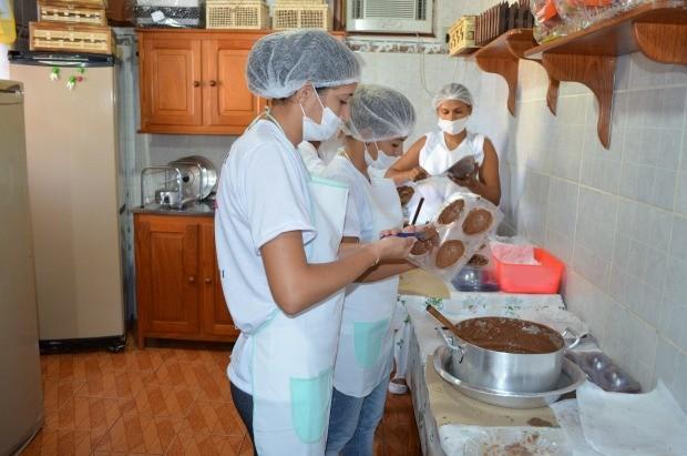 'Coelhinhas' na fabricação do ovos (Foto: Magda Oliveira/G1)