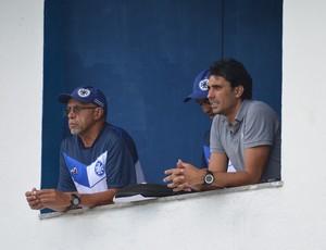 Técnico Wilson Leite e Athirson observam treino no Leão do Sul (Foto: Renato Silva/BMFC)