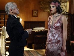 Miss Pirangi arruma Lindinalva para a estreia da moça no Bataclã (Foto: Gabriela / TV Globo)