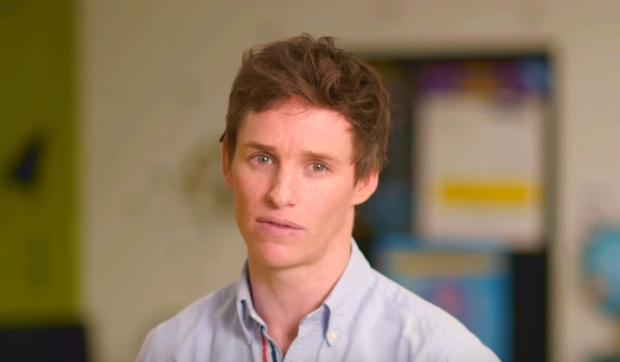 Eddie Redmayne em vídeo de campanha para ajudar jovens LGBTs sem um lar (Foto: Reprodução)