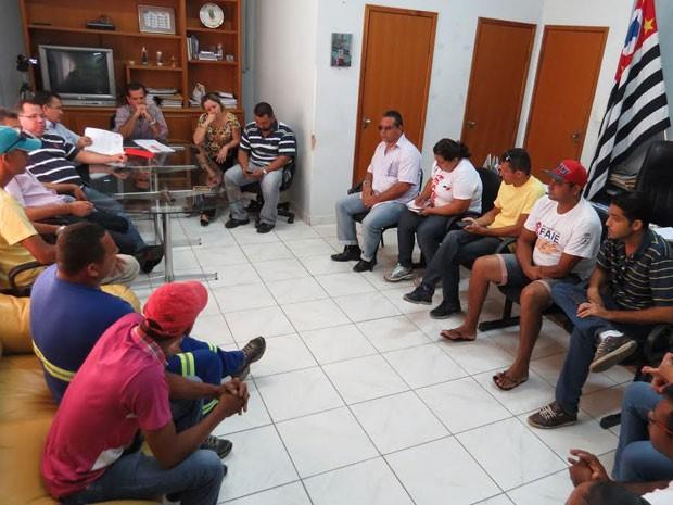 Prefeito se reuniu com servidores nesta terça-feira (26) (Foto: Divulgação/Prefeitura)