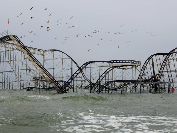 A estrutura da montanha-russa de um parque de diversões na costa de Nova Jersey é vista parcialmente engolida pelo mar, da maneira como ficou desde a passagem da supertempestade Sandy, quase 5 meses atrás. A foto foi tirada na sexta-feira (21). (Foto: Lucas Jackson/Reuters)