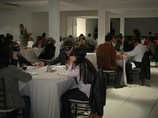 Convidados passaram algumas horas sem poder enxergar (Foto: Reprodução/TV TEM)