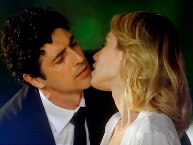 Nando beijando Juliana? Pena que ficou só no quase (Foto: Guerra dos Sexos / TV Globo)