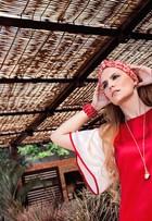 Paula Barbosa, a Gina de 'Meu pedacinho de chão', mostra looks na cor vermelha em ensaio de moda