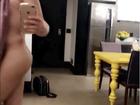 David Brazil posta vídeo pelado e elogia suas 'carnes': 'Pode confiar'