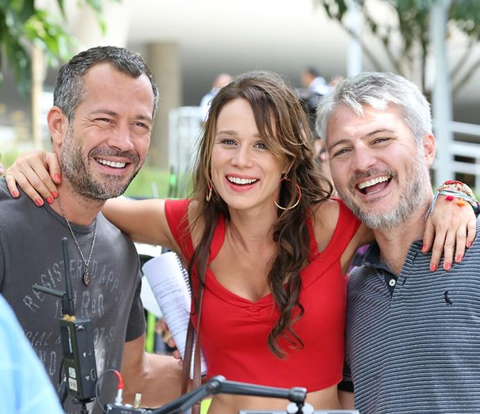 Só alegria! Malvino, Mariana e Fred são só sorrisos para as lentes do Gshow nos bastidores (Foto: Carol Caminha/Gshow)