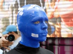 Membro do Blue Man Group com pedaços de papel picado grudado no rosto (Foto: Alexandre Durão/G1)
