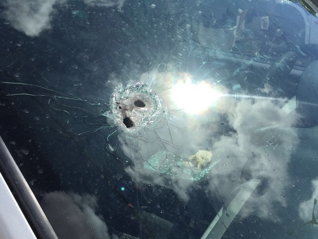 Carro foi atingido por disparos de arma de fogo (Foto: Walter Paparazzo/G1)