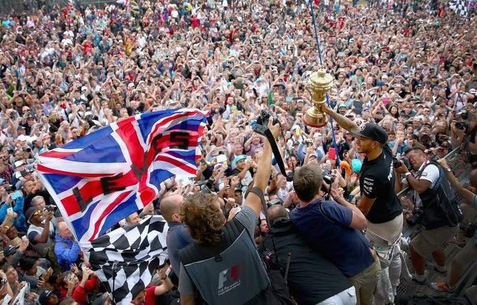 Lewis Hamilton comemora com torcida após vitória no GP da Inglaterra (Foto: Getty Images)
