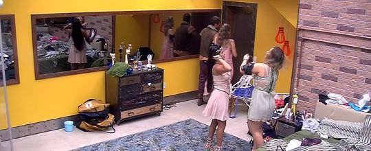 Ana Paula e Daniel saem do Quarto Amarelo de braços dados