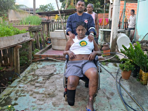 Ao chegar na casa de Sebastião Nascimento, a equipe do G1 flagrou ele sendo atendido pelo Samu  (Foto: Tácita Muniz/G1)