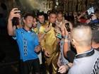 Cercado de seguranças, Ronaldo causa tumulto na chegada a desfile