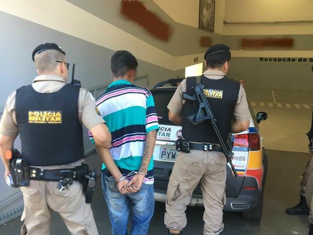 Menor sendo encaminhado para a delegacia de polícia. (Foto: Victor Carvalho/G1)
