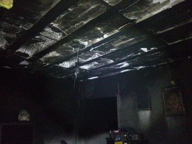 Casa ficou bastante danificada e família perdeu quase tudo (Foto: Arquivo Pessoal)