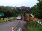 Caminhão carregado com laranjas tomba em trevo de acesso a Matão