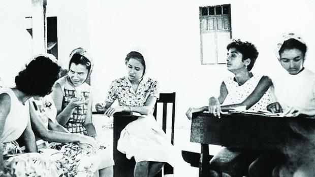 Madalena Freire, filha de Paulo Freire, participando da alfabetização em Angicos/RN, em 1963 (Foto: divulgação)