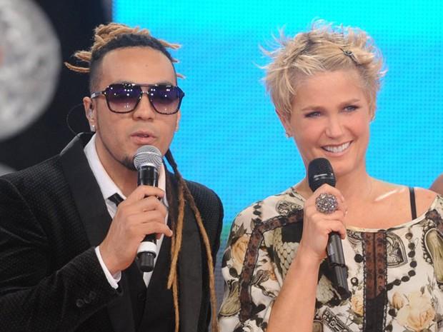 De dreads, Belo faz a festa no TV Xuxa (Foto: Divulgação / Xuxa Produções)