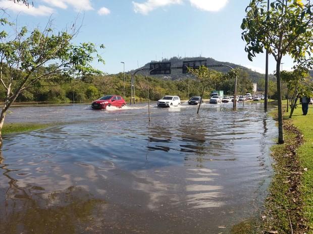 Avenida da Saudade, em Florianópolis, é invadida pela água após maré alta nesta quinta-feira (15) (Foto: James Tavares/Secom)
