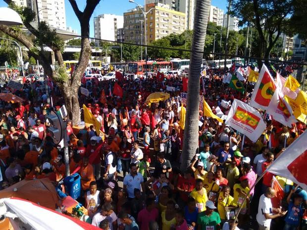 Concentração da mobilização em favor do governo Dilma Rousseff no Campo Grande, centro de Salvador, tem 6 mil pessoas, segundo a PM. Segundo a assessoria da CUT, 7  mil pessoas estão no local. Os manifestantes vão caminhar até a Praça Castro Alves.  (Foto: Maiana Belo/G1)