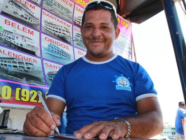 Vendedor Raimundo Gomes acredita que passagem mais cara oferece conforto maior ao turista que visita Parintins (Foto: Camila Henriques/G1 AM)