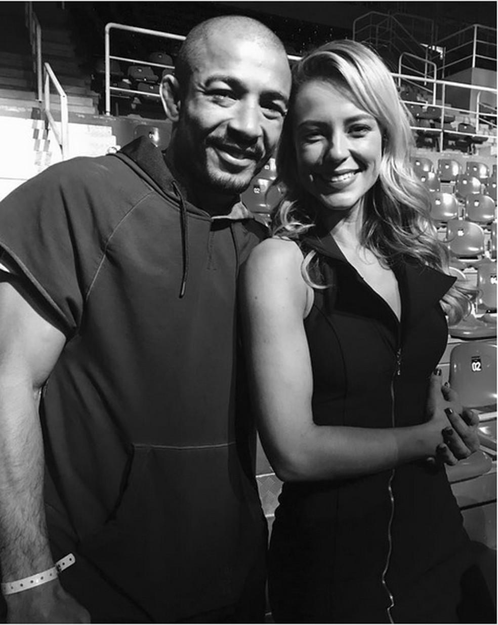 Paolla Oliveira posa com José Aldo, que luta neste sábado, 3/6 (Foto: Arquivo pessoal)