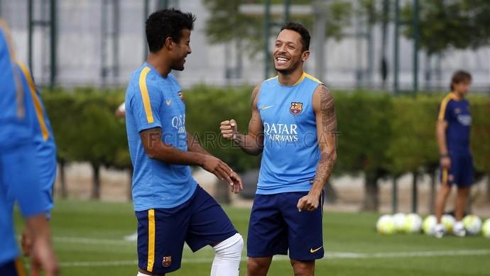 Rafinha e Adriano no treino do Barça (Foto: MIGUEL RUIZ /FCB)