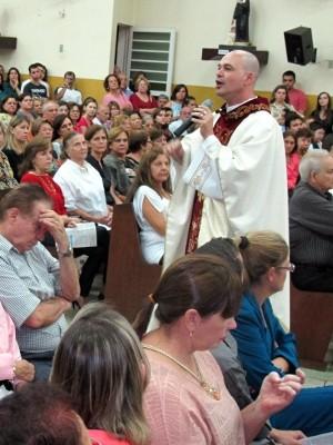 Padre falou sobre amor e preconceito na última missa (Foto: Camila Turtelli/Agência BOM DIA)