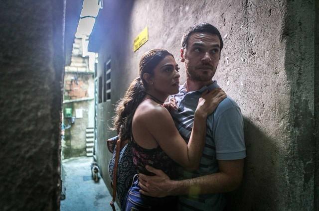 Juliana Paes e Emílio Dantas gravaram na favela Tavares Bastos, no Catete, uma cena de 'A força do querer' (Foto: Raquel Cunha/TV Globo)